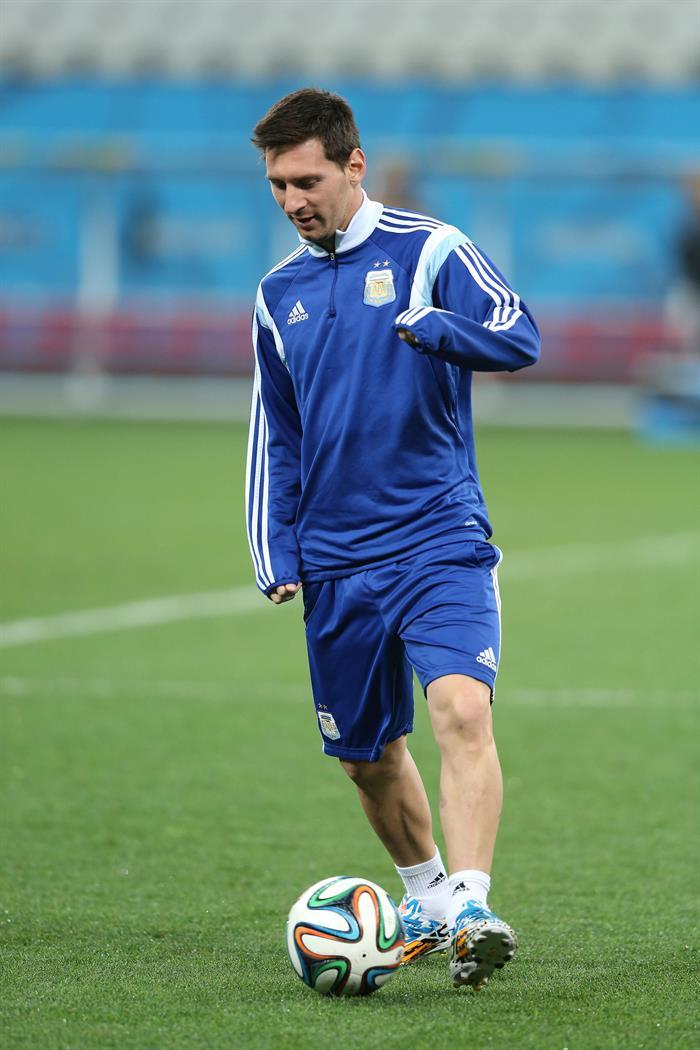 El jugador de la selección de Argentina Rodrigo Palacio (d). EFE