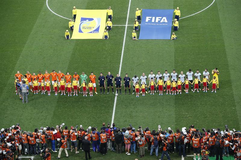 El once inicial de Holanda y Argentina formados antes del partido. Foto: EFE