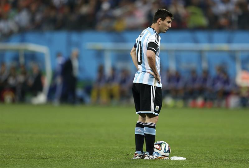El delantero argentino Lionel Messi momentos antes de sacar una falta. Foto: EFE