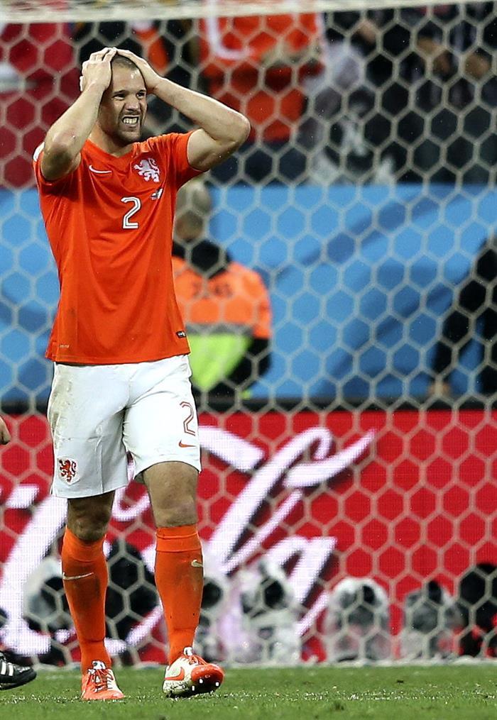 El defensa holandés Ron Vlaar (i) tras fallar su lanzamiento de penalti durante el partido Holanda-Argentina. Foto: EFE