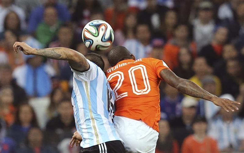 El defensa argentino Marcos Rojo (i) lucha un balón con el centrocampista holandés Georginio Wijnaldum (d). Foto: EFE