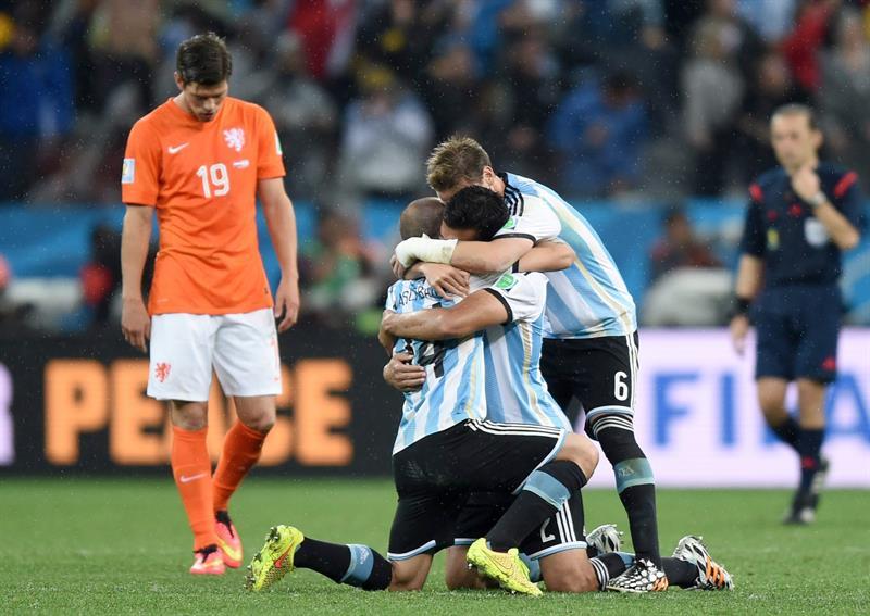 Los jugadores de Argentina tras marcar uno de los penaltis durante el partido. Foto: EFE