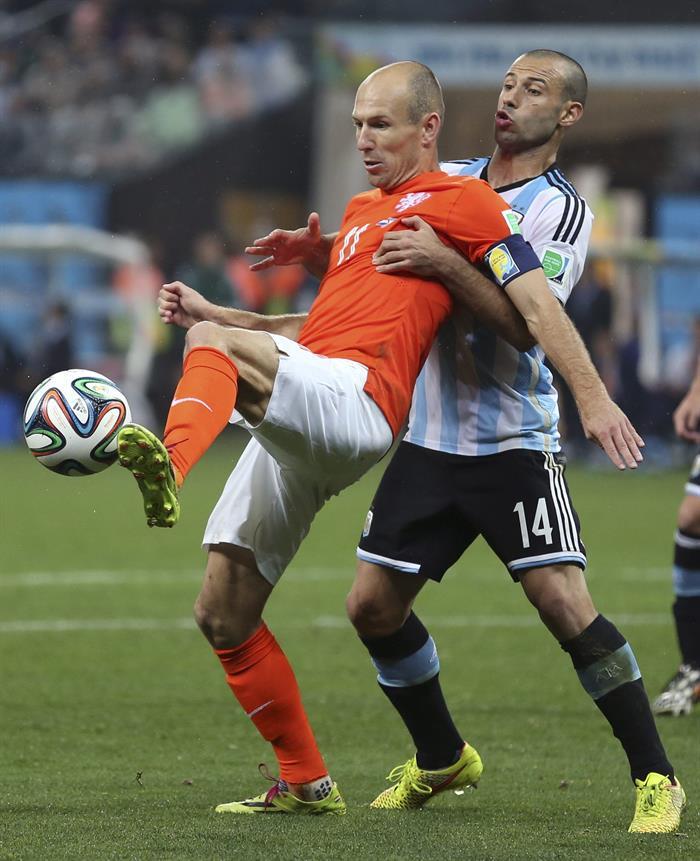 El delantero holandés Arjen Robben (i) con el balón ante el centrocampista argentino Javier Mascherano. Foto: EFE
