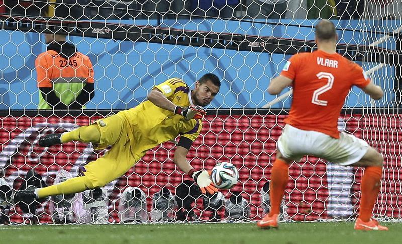 El guardameta argentino Sergio Romero detiene el lanzamiento de penalti del defensa holandés Ron Vlaar. Foto: EFE