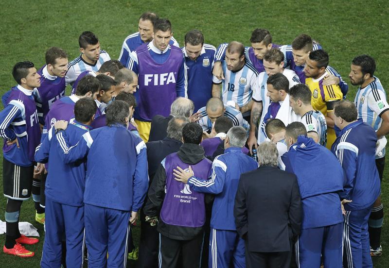 Los jugadores de Argentina antes de la prórroga durante el partido. Foto: EFE
