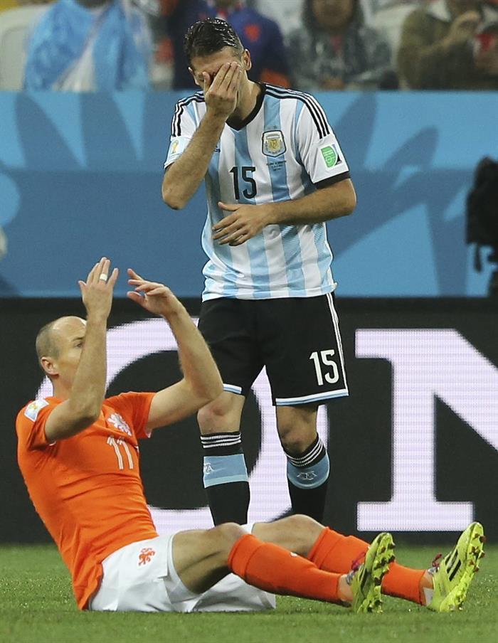 El delantero holandés Arjen Robben (i) tendido sobre el terreno de juego ante el defensa argentino Martín Demichelis. Foto: EFE