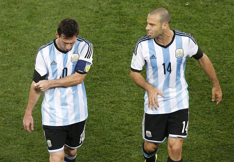 El delantero argentino Lionel Messiy el centrocampista argentino Javier Mascherano. Foto: EFE