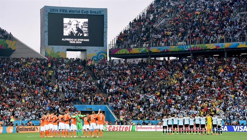 Players of Netherlands (L) and Argentina observe one minute of silence in honor of former Di Stéfano. EFE