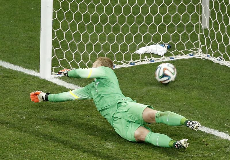 Goalkeeper Jasper Cillessen of the Netherlands concedes the winning goal in the penalty shootout of the FIFA World Cup 2014. EFE