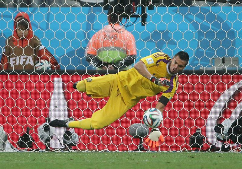Goalkeeper Sergio Romero of Argentina saves the penalty of Dutch Ron Vlaar (unseen) during the penalty. EFE