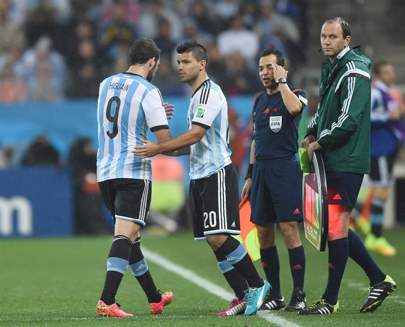 Gonzalo Higuain (L) of Argentina is substituted for Sergio Aguero (2-L) during the FIFA World Cup 2014. EFE