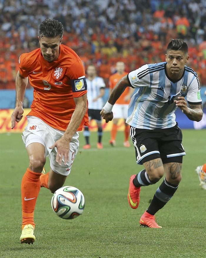 El delantero holandés Robin van Persie (i) con el balón ante el defensa argentino Marcos Rojo (d). Foto: EFE