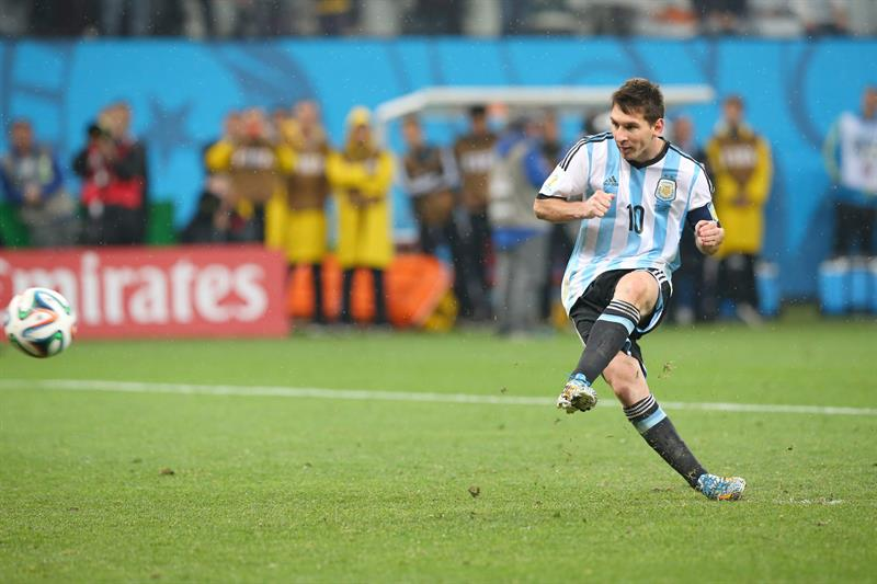 Argentina's Lionel Messi concerts a penalty during the penalty shoot-out during the FIFA World Cup 2014. EFE
