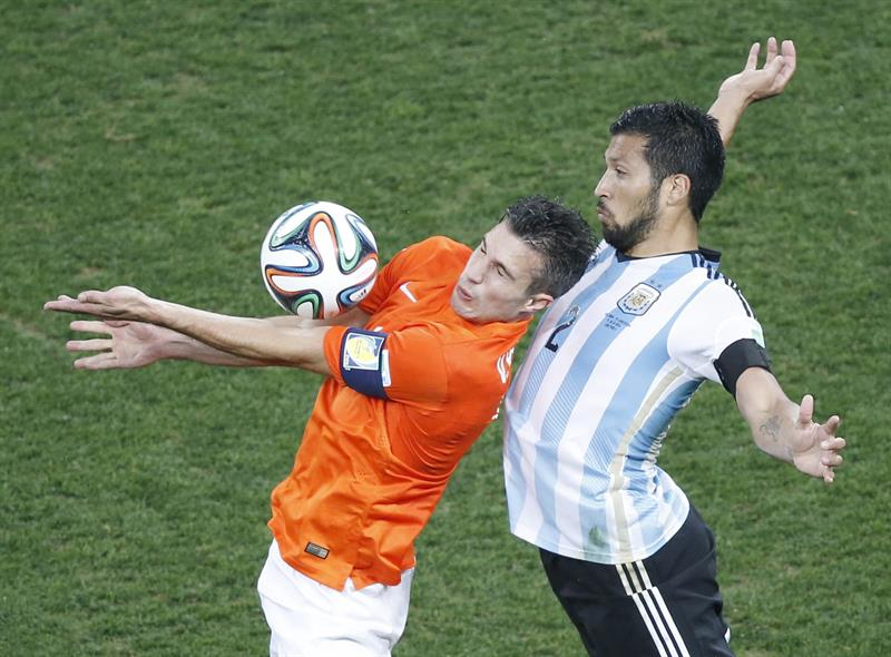 Robin van Persie (L) of the Netherlands in action with Ezequiel Garay of Argentina during the FIFA World Cup 2014. EFE