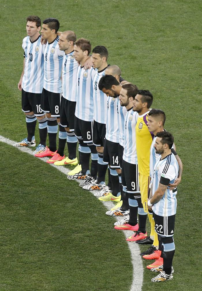 Argentinian players observe a moment of silence to commemorate late soccer great Alfredo di Stefano before the FIFA World Cup 2014. EFE