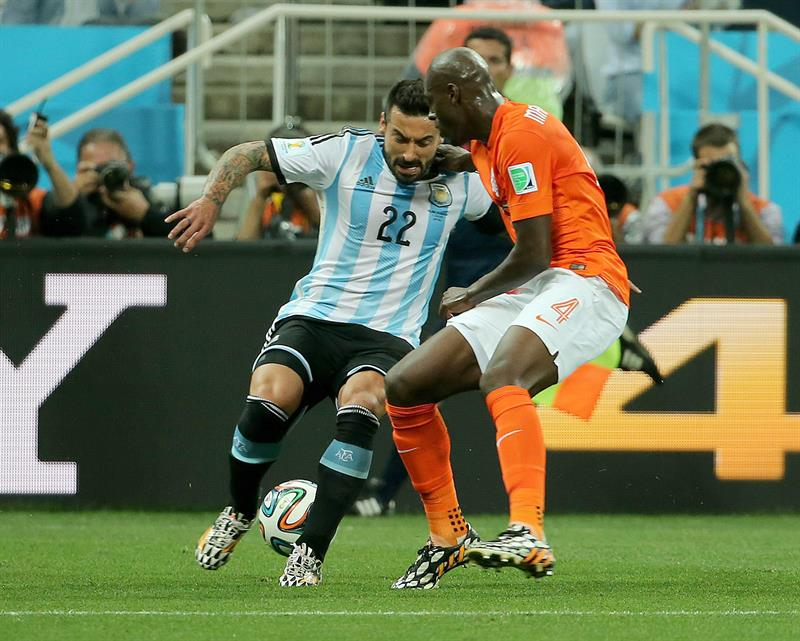 Bruno Martins Indi of the Netherlands (R) and Ezequiel Lavezzi of Argentina in action during the FIFA World Cup 2014. EFE