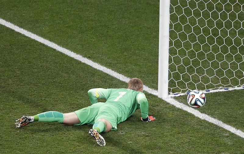 El guardameta holandés Jasper Cillessen tras no lograr parar uno de los penaltis de la tanda. Foto: EFE