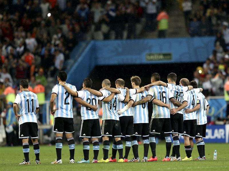 El equipo argentina abrazado durante la tanda de penaltis del partido. Foto: EFE
