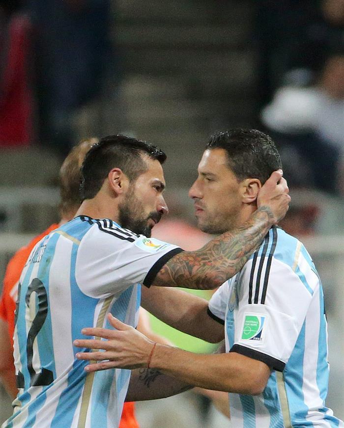 Ezequiel Lavezzi of Argentina (L) substitutes Maxi Rodriguez of Argentina. Foto: EFE