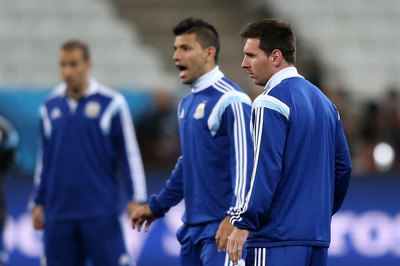 Los jugadores de la selección de Argentina Lionel Messi (d) y Sergio Agüero (i). EFE