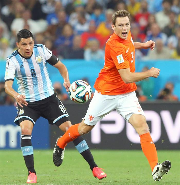 Argentina's Enzo Perez (L) and Stefan de Vrij of the Netherlands (R) vie for the ball during the FIFA World Cup 2014. EFE