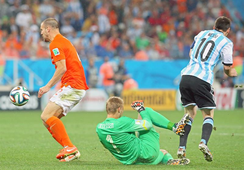 Dutch goalkeeper Jasper Cillessen (C) clears the ball before Ron Vlaar of the Netherlands (L) and Argentina's Lionel Messi. EFE