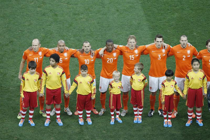 Players of the Dutch team sign the national anthem before the FIFA World Cup 2014. EFE