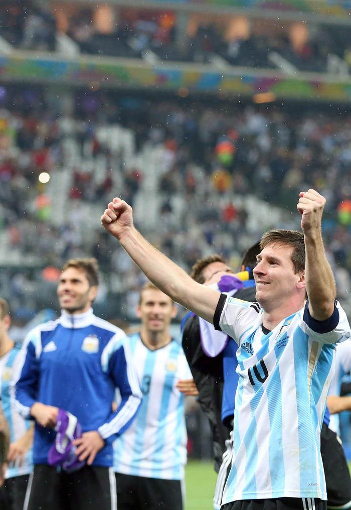 Argentina's Lionel Messi (R) and teammates celebrate after their team won the penalty shoot-out of the FIFA World Cup 2014. EFE