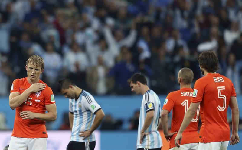 El delantero holandés Dirk Kuyt (i), durante el partido Holanda-Argentina, de semifinales del Mundial. Foto: EFE