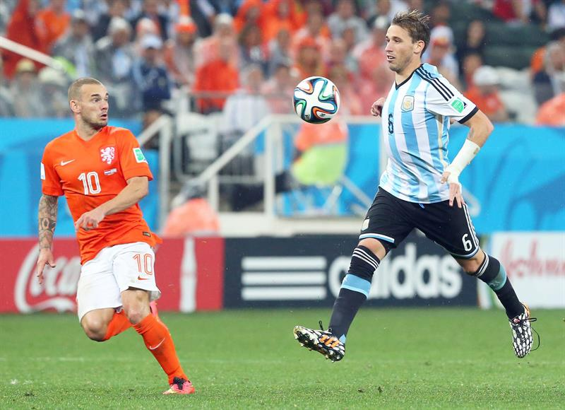 Argentina's Lucas Biglia (R) controls the ball next to Wwesley Sneijder of the Netherlands (L) during the FIFA World Cup 2014. EFE