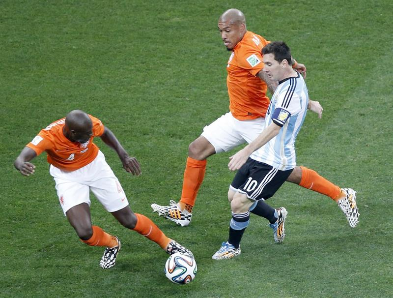 Lionel Messi (R) of Argentina in action with Bruno Martins Indi (L) of the Netherlands during the FIFA World Cup 2014. EFE