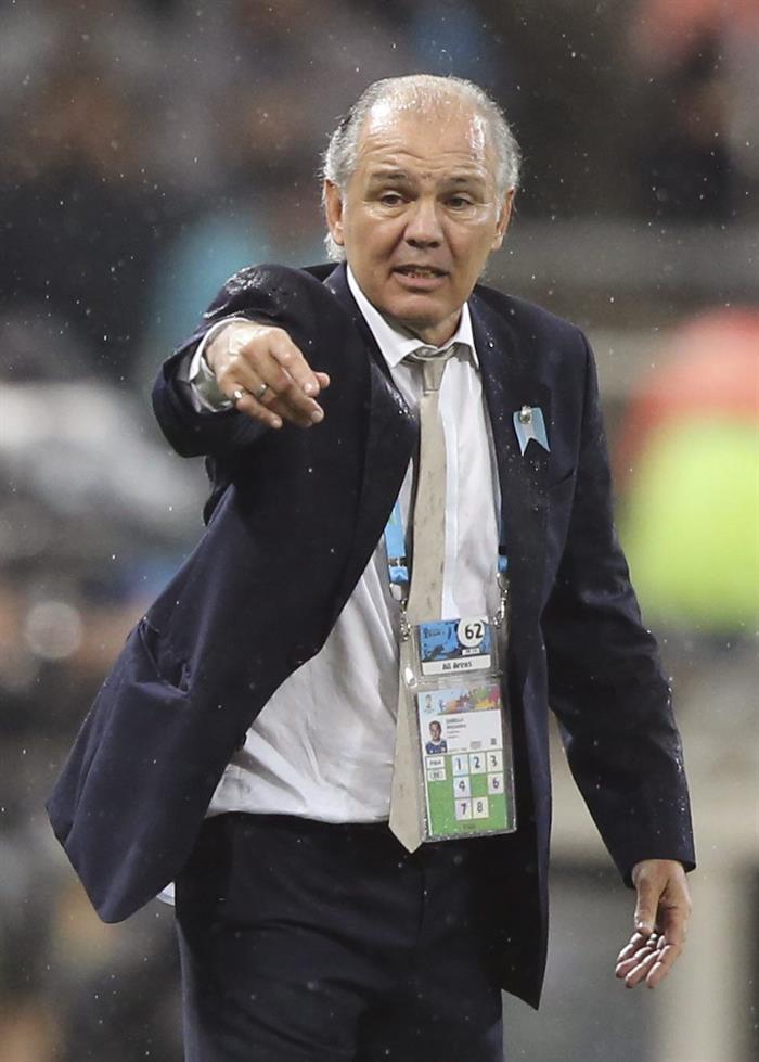 El entrenador de la selección argentina Alejandro Sabella da instrucciones a sus jugadores durante el partido. Foto: EFE