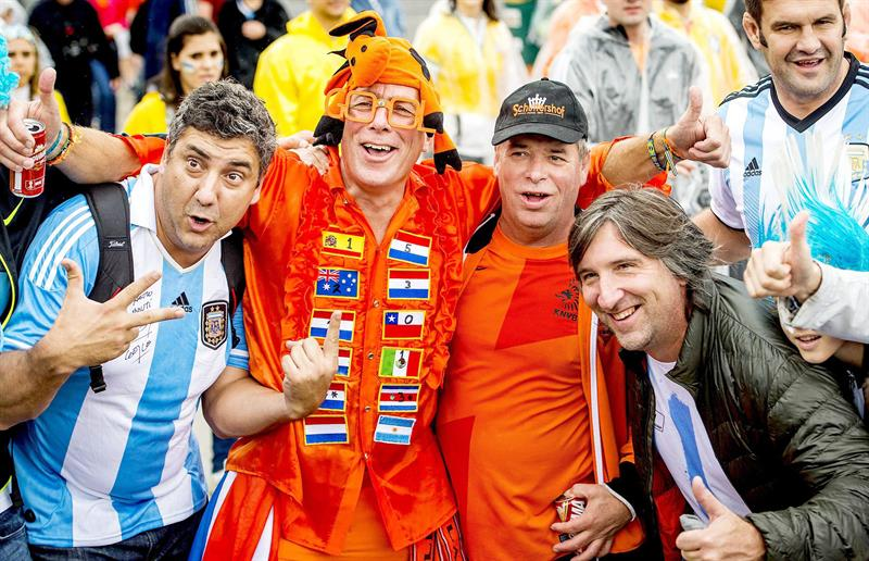 Aficionados a los equipos de Argentina y Holanda, momentos previos al partido de semi-finales de la Copa del Mundo 2014. Foto: EFE