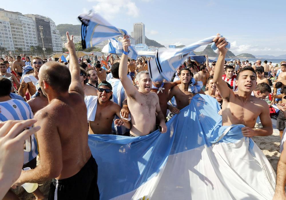 Argentinos en masa al estadio en una tarde fría y de apatía brasileña en Sao Paulo. EFE