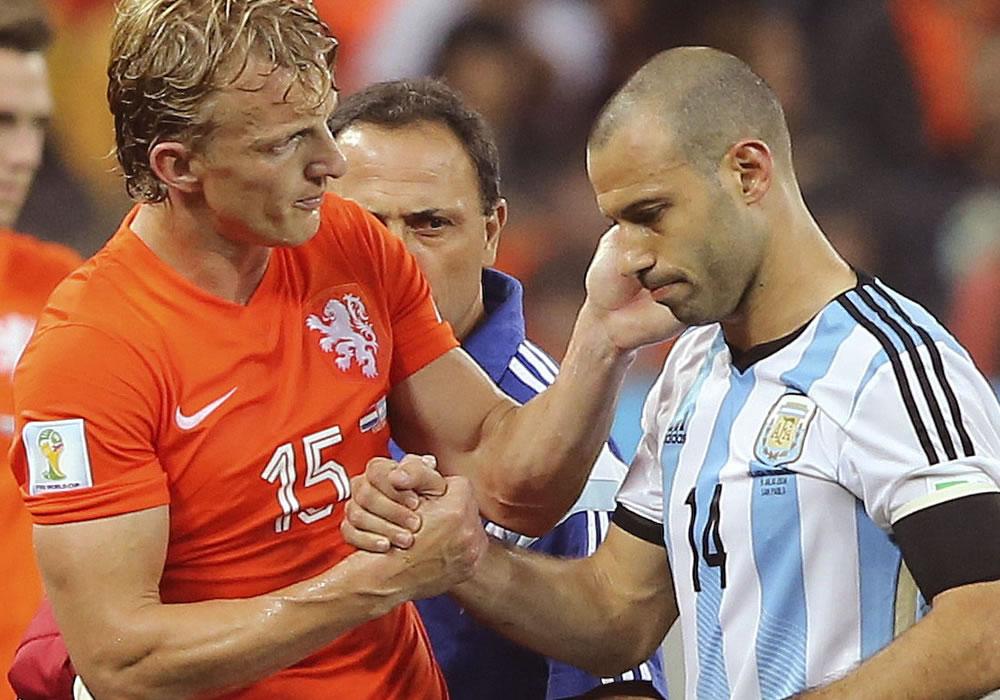 El centrocampista argentino Javier Mascherano (d) junto al delantero holandés Dirk Kuyt, tras sufrir un golpe. EFE