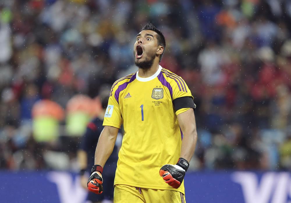 El guardameta argentino Sergio Romero tras parar uno de los penaltis durante el partido Holanda-Argentina. EFE