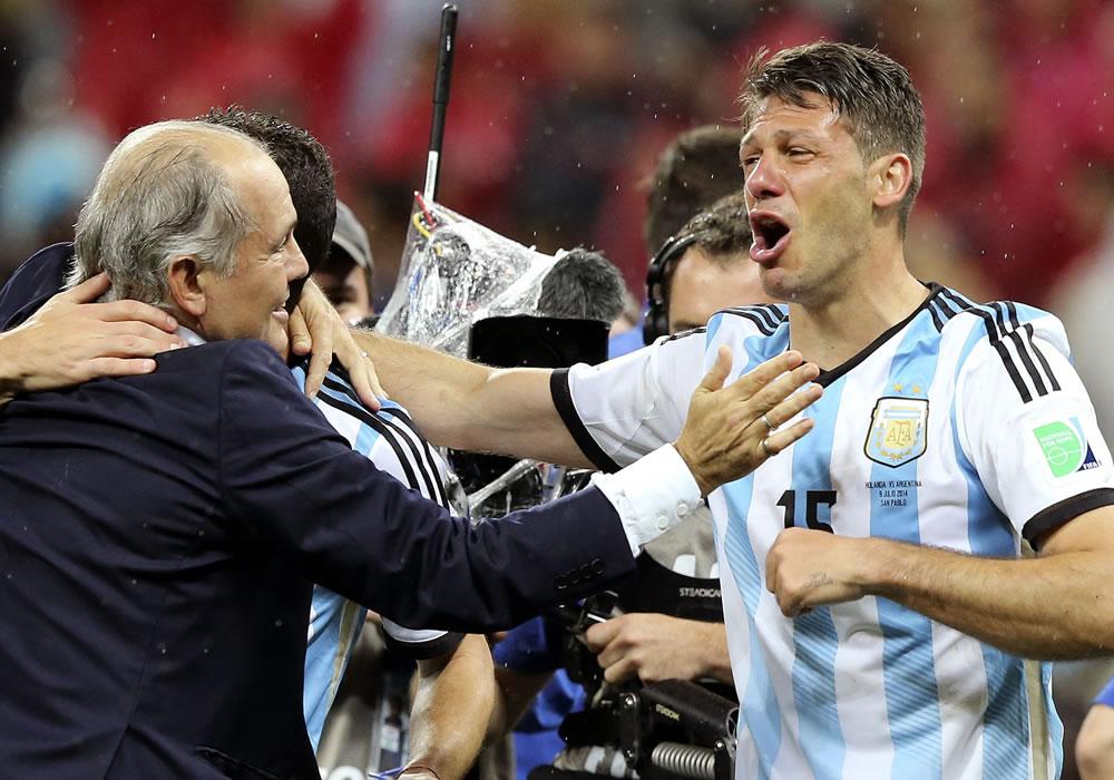 El DT de la selección argentina, Alejandro Sabella, (i) saluda al defensa argentino Martín Demichelis (d) tras vencer a la selección holandesa. EFE