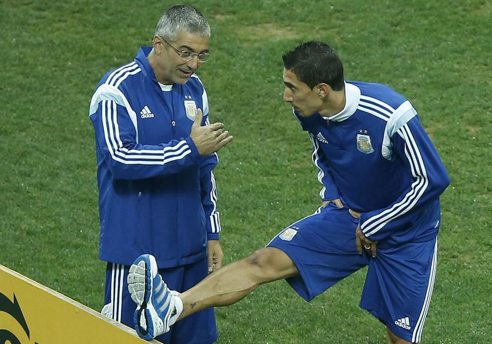 El jugador de la selección de Argentina Angel Di Maria (d) entrena. EFE