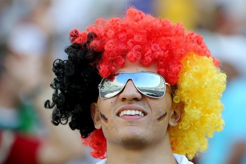 Aficionados alemanes y argentinos antes de la final del Mundial de Fútbol . EFE