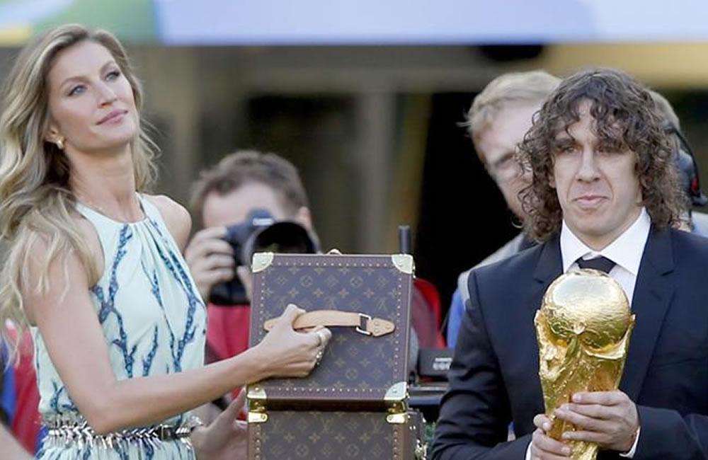 Puyol entrega el trofeo de campeón al Maracaná