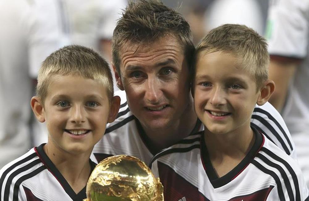 NEIRO (BRASIL), 13/07/2014.- El delantero alemán Miroslav Klose (c) posa con varios niños junto al trofeo. EFE