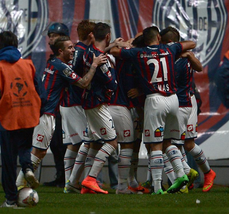 Jugadores de San Lorenzo celebran después de anotar un gol ante Bolivar. EFE