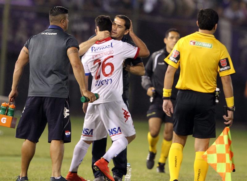 El jugador de Nacional Brian Montenegro (2-i) celebra con el director técnico Gustavo Eliseo Morínigo (c) después de anotar un gol ante Defensor Sporting. EFE