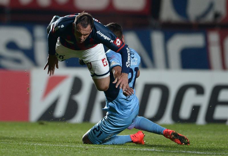 El jugador de San Lorenzo Mauro Matos (i) choca con Luis Ronald Eguino (d), del Bolívar. EFE