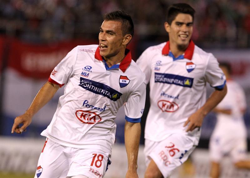 El jugador del Nacional de Paraguay Derlis Orué (i) celebra un gol ante el Defensor Sporting de Uruguay. EFE