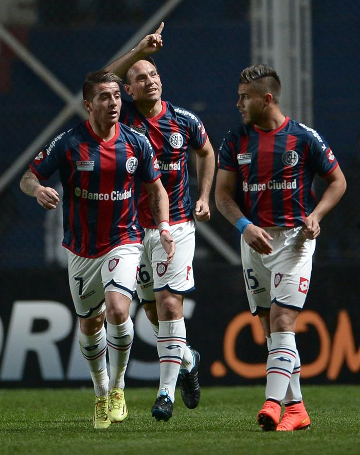 El jugador de San Lorenzo Mauro Matos (c) celebra después de anotar un gol ante Bolivar. EFE