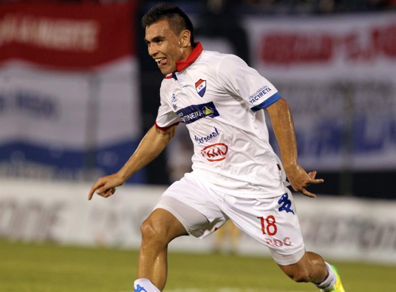 El jugador del Nacional de Paraguay Derlis Orué celebra un gol ante el Defensor Sporting de Uruguay. EFE