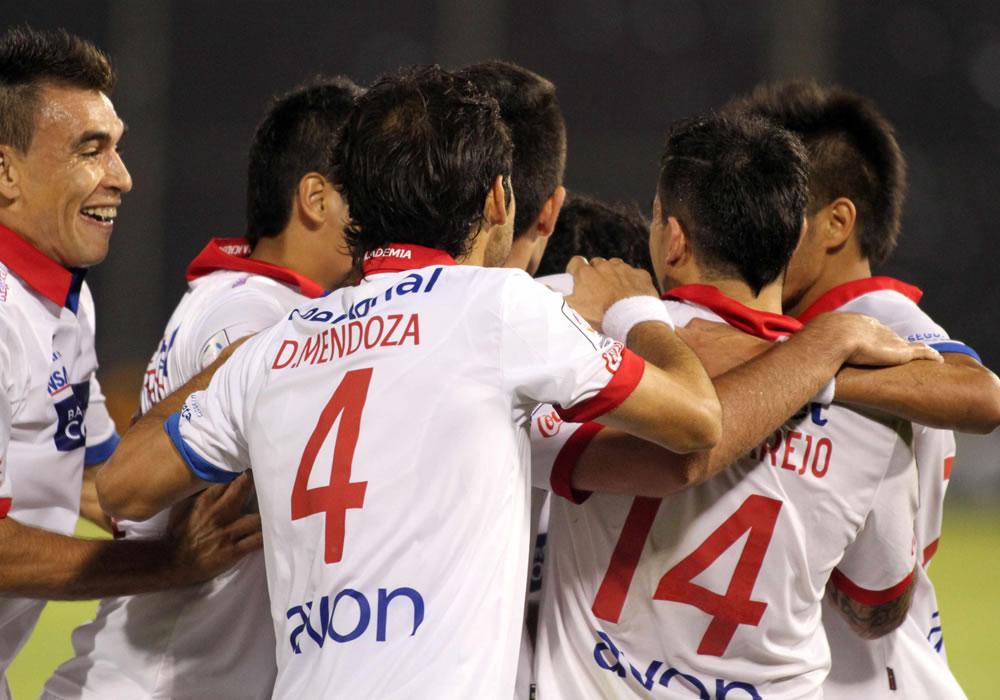 Jugadores de Nacional celebran después de anotar un gol ante Defensor Sporting. Foto: EFE