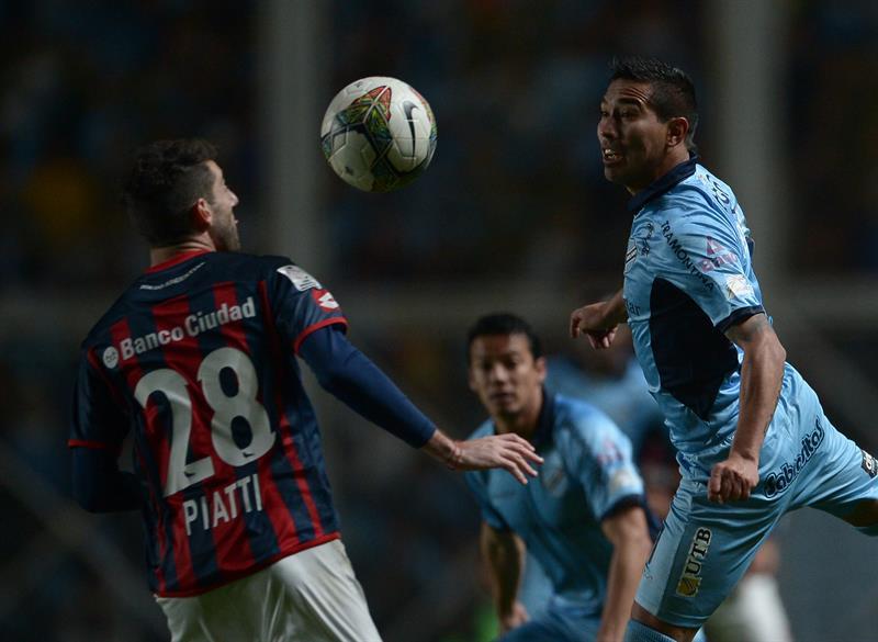 El jugador de San Lorenzo Ignacio Piatti (i) disputa el balón con Juan Callejón (d), del Bolivar. EFE