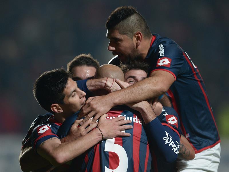 Jugadores de San Lorenzo celebran después de anotar un gol ante Bolívar. EFE